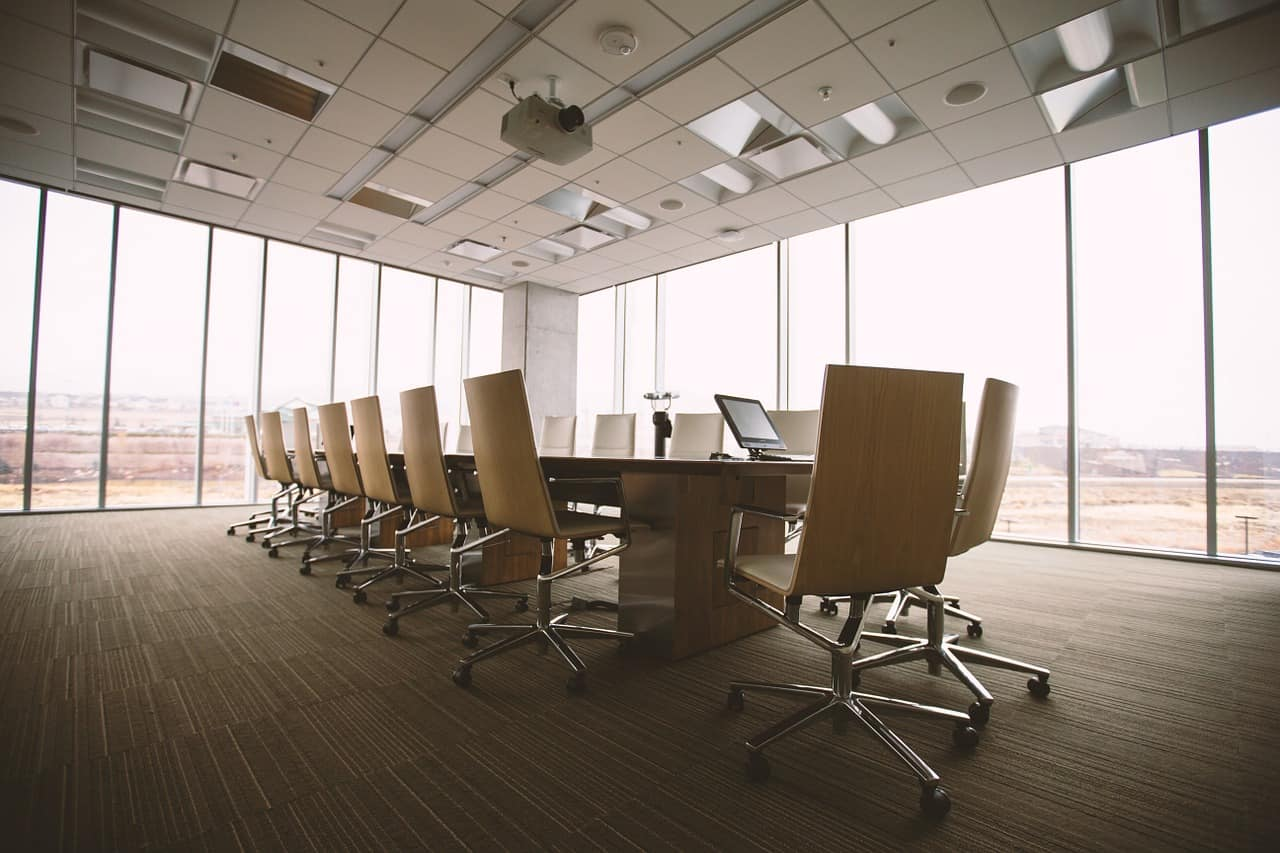 כיסאות סביב שולחן