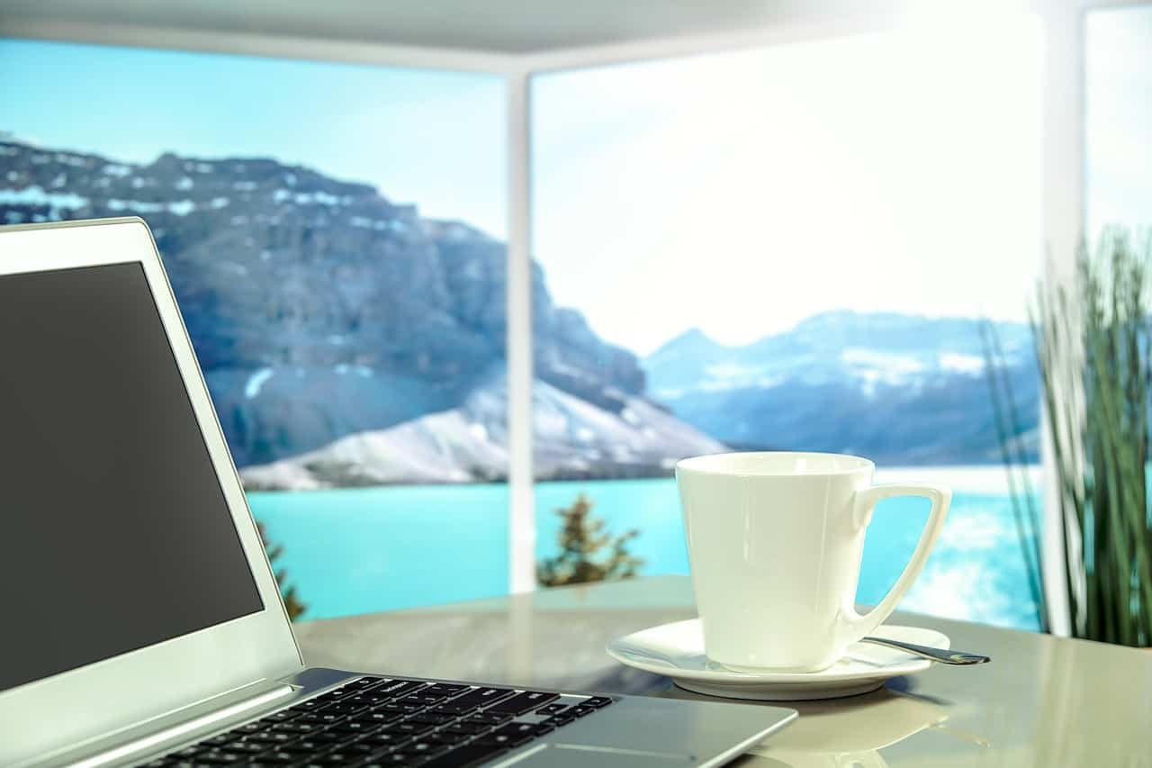 כוס קפה ומחשב